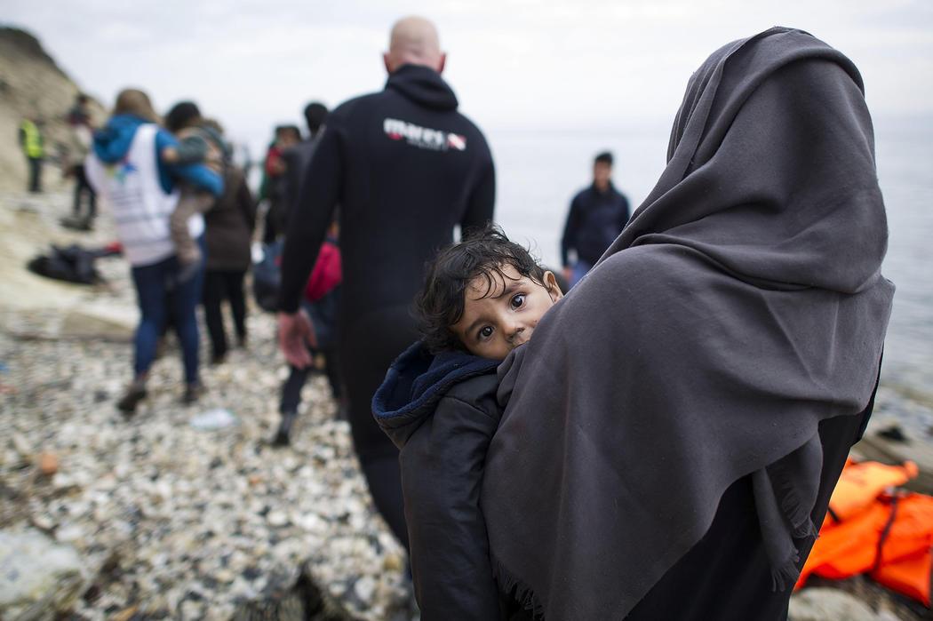 Una niña siria en brazos de su madre tras ser rescatadas
