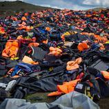 Cientos de chalecos abandonados en las colinas de Mithymna