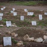 Un cementerio improvisado se alza por los refugiados que mueren en el mar