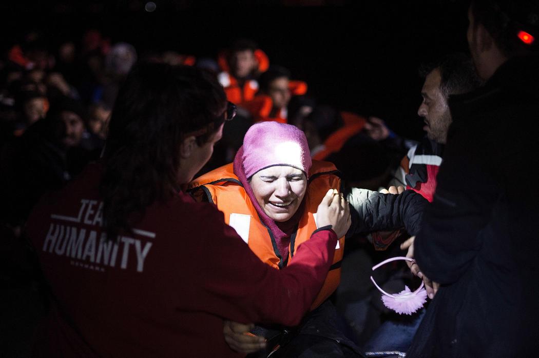 Una mujer siria llora tras llegar a tierra a salvo
