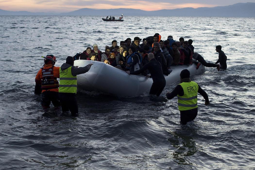 Un equipo de salvación asiste a un grupo de refugiados