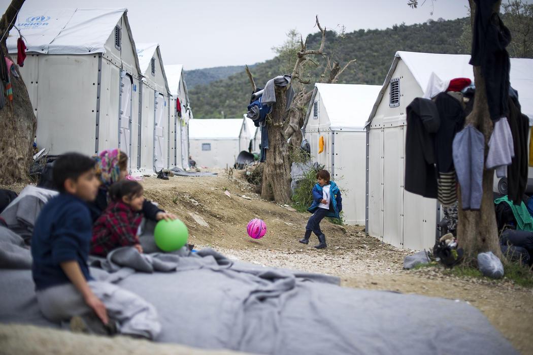 Unos niños juegan en el campo de refugiados de Moria