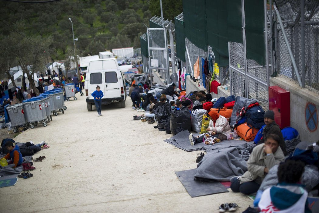 Refugiados esperan a ser alojados en el campo de Moria