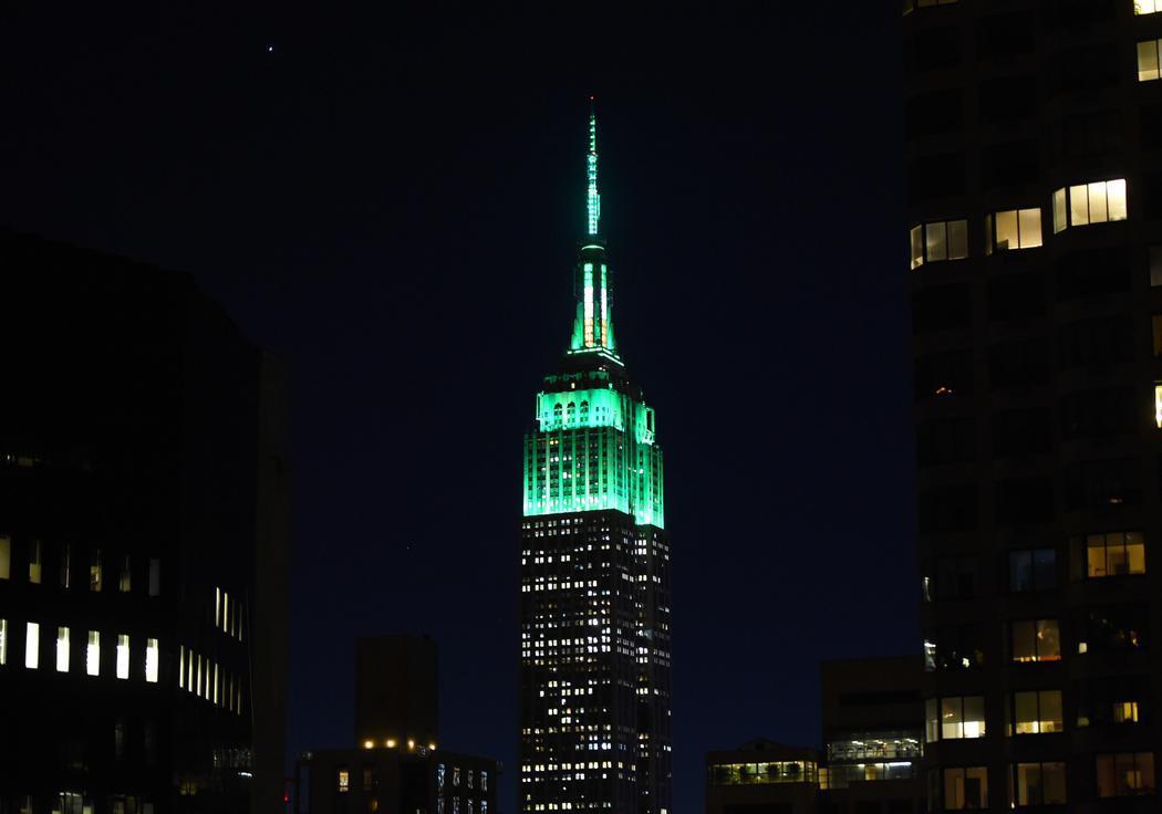 El Empire State se ilumina en color verde por el día de San Patricio (Nueva York)