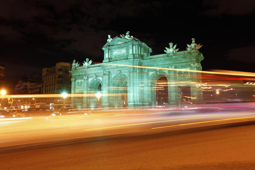 La Puerta de Alcalá se tiñe de verde (Madrid)