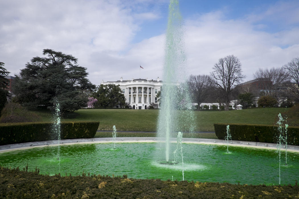 La fuente de la Casa Blanca se tiñe de verde (Washington)