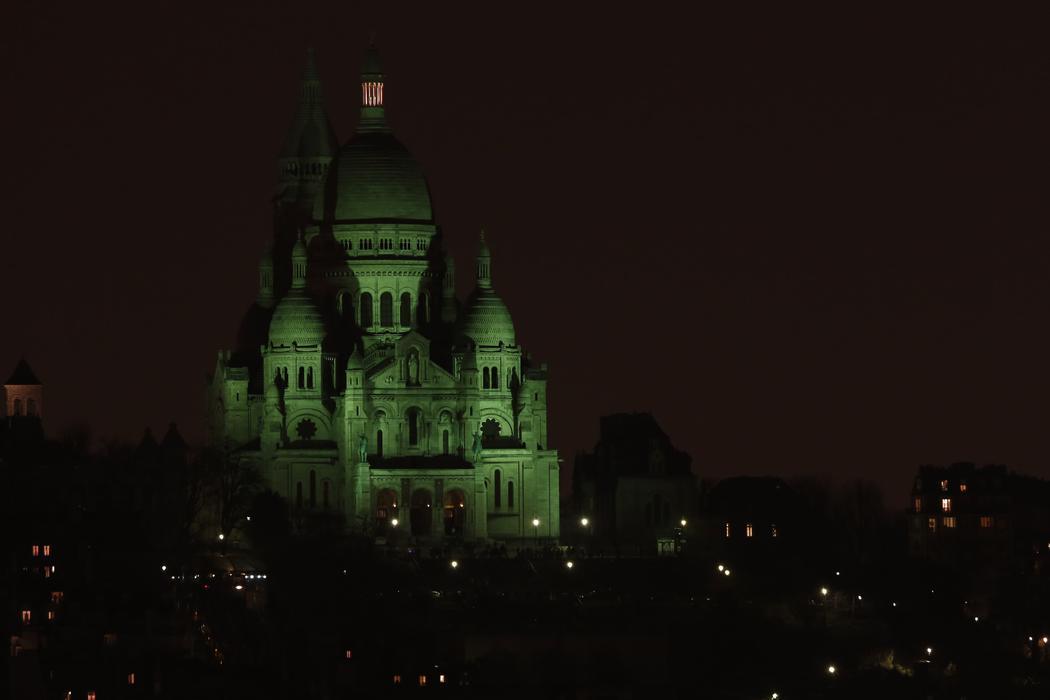 La Basílica del Sacre-Coeur se ilumina de verde (París)