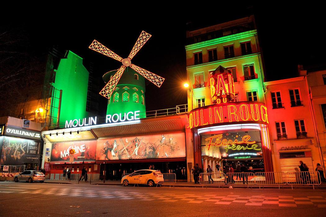 El Moulin Rouge se enciende de verde (París)