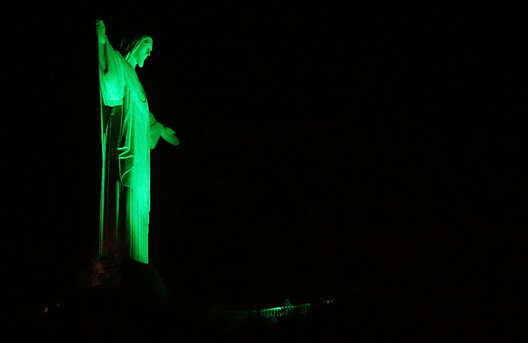 El Cristo de Corcovado se tiñe de verde (Brasil)