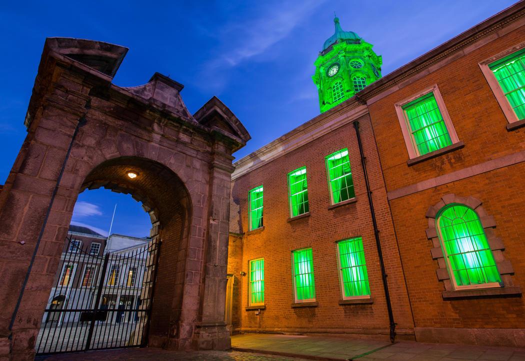 El castillo de Dublín se ilumina de verde (Dublín)