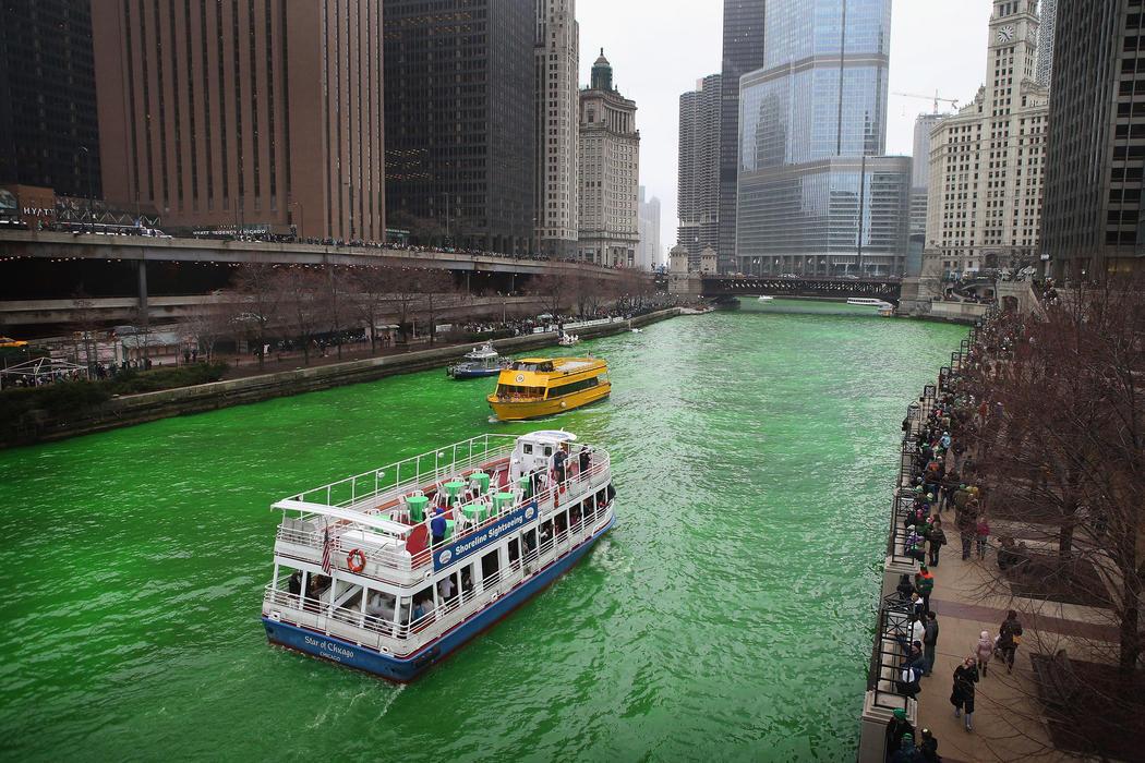 El río Chicago se tiñe de verde