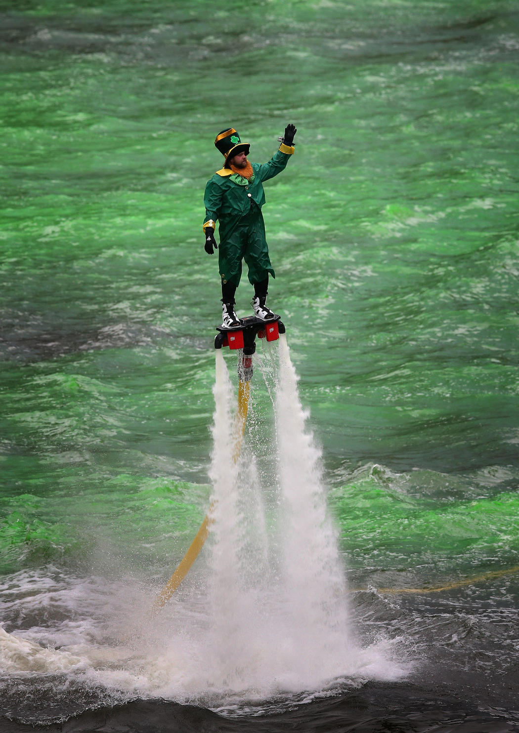 Un leprechaun practica flyboard en el río Chicago (Chicago)