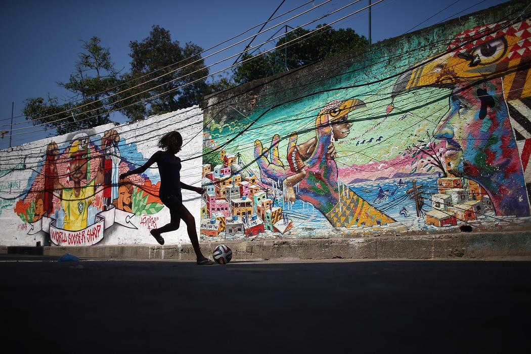 El arte urbano de Río vibra con el fútbol