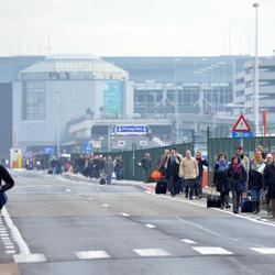 Pasajeros abandonan el Aeropuerto de Zaventem
