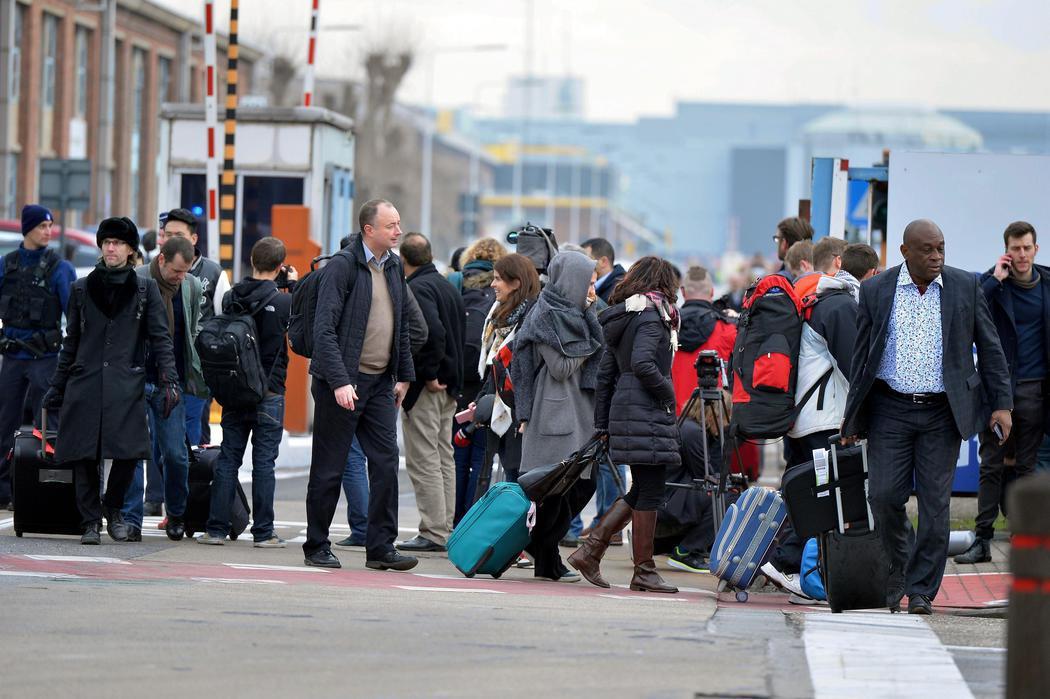 Loa viajeros abandonan el aeropuerto con miedo