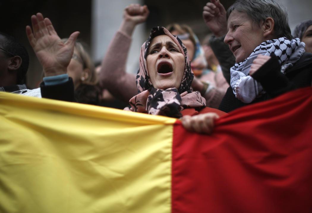 Mujer musulmana protesta contra los atentados de Bruselas