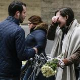 Una chica se derrumba ante la estación de Maalbeek