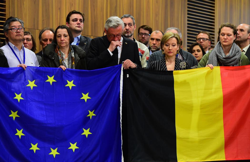 Miembros de la Comisión Europea guardan un minuto de silencio