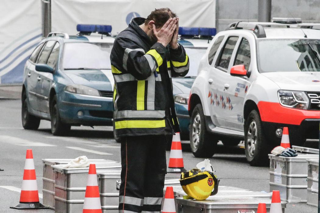 Un miembro del equipo de rescate llora en Maalbeek