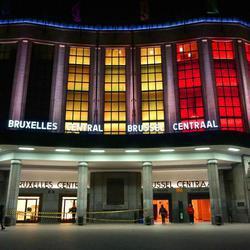 La estación de Bruselas se ilumina con los colores de la bandera belga