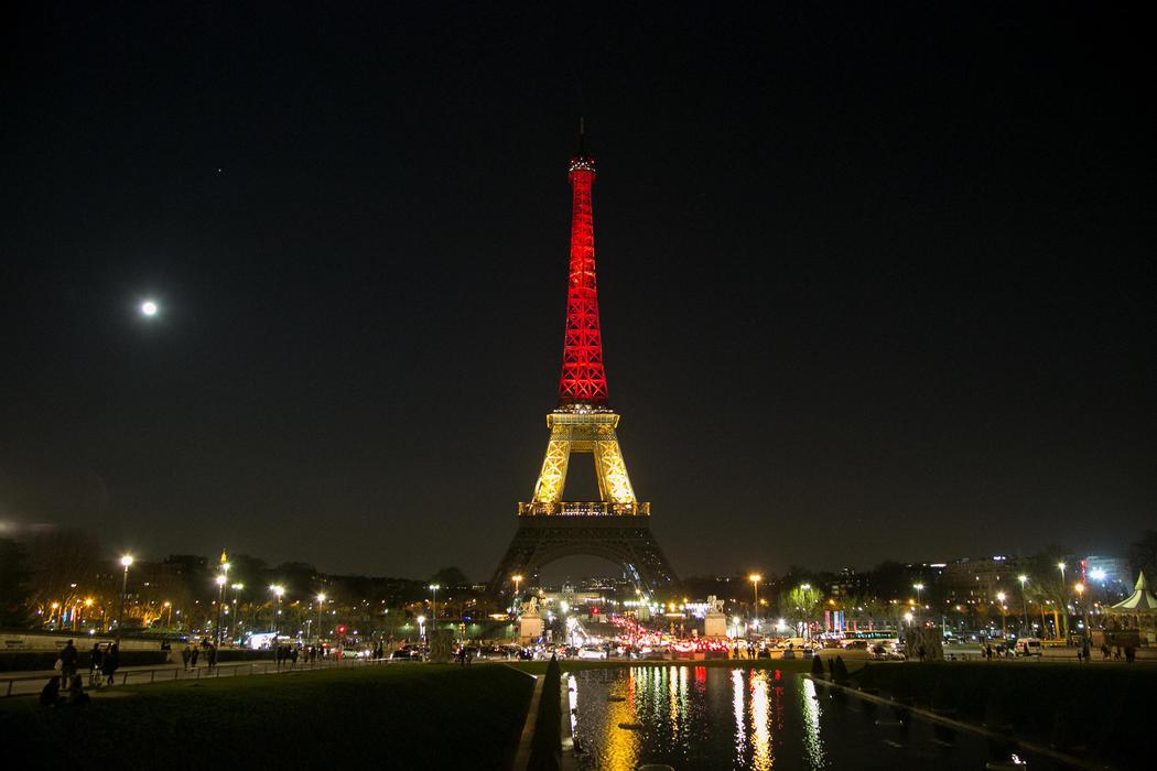 Y en París, la Torre Eiffel se solidariza con Bélgica