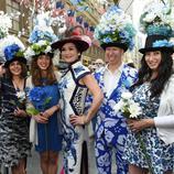 Un grupo de neoyorquinos posa con un tocado de hortensias