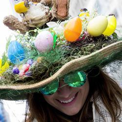 Una mujer enseña su sombrero especial para el desfile de Pascua
