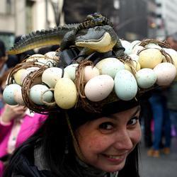 Una mujer diseña su sombrero de Pascua con huevos de reptil