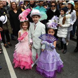 Unos niños se visten como en el siglo XIX para el desfile de Pascua