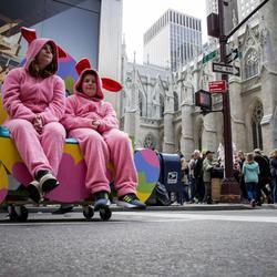 Unos hermanos descansan disfrazados de conejos de Pascua rosas