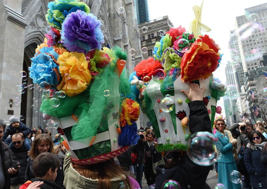 Una pareja desfila con unos tocados gigantescos por el Día de Pascua