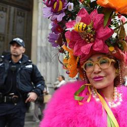Una mujer celebra el Día de Pascua vestida de colores cálidos
