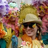 Una mujer homenajea al sol con su traje para el desfile del Día de Pascua