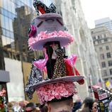Un hombre confecciona un tocado en honor a la Quinta Avenida