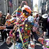 Un personaje se disfraza de Conejo de Pascua multicolor
