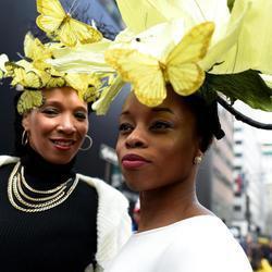 Dos mujeres lucen sus mejores galas en el Desfile de Pascua