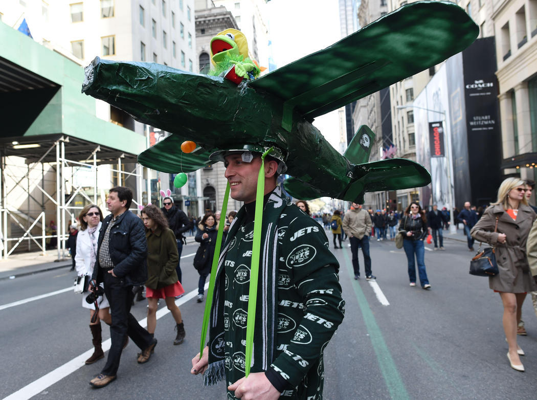 un hombre desfila con su tocado de la Rana Gustavo aviador