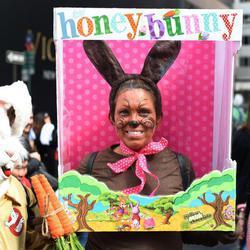 Una mujer se caracteriza de Conejo de Pascua de chocolate