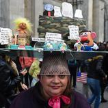 Una mujer denuncia con su tocado las políticas racistas de Donald Trump