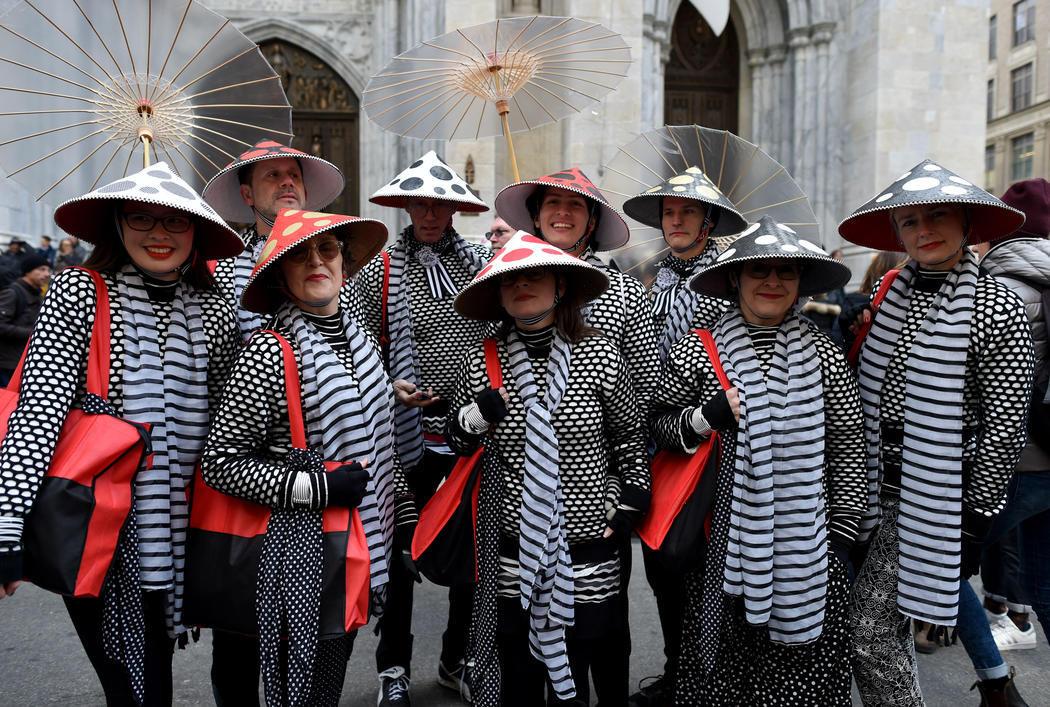 Un grupo viste con un traje oriental en el Desfile de Nueva York