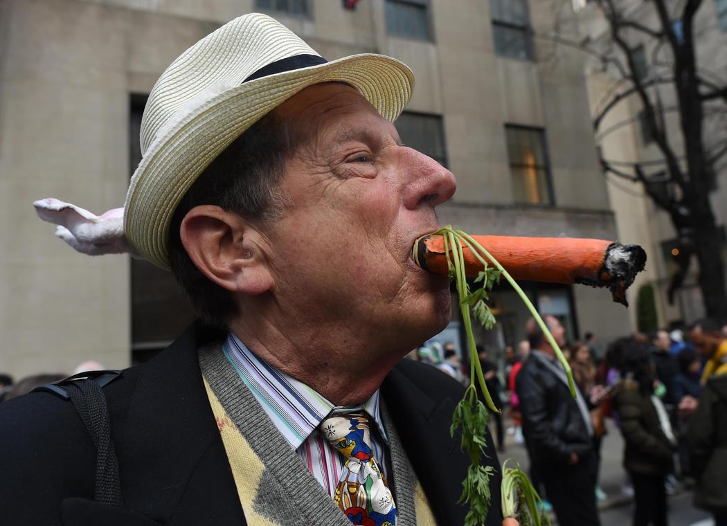 Un señor se fuma una zanahoria en la Easter Parade