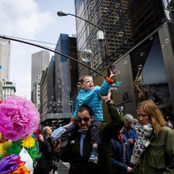 Un niño disfruta a hombros de su padre en el Desfile de Pascua de Nueva York
