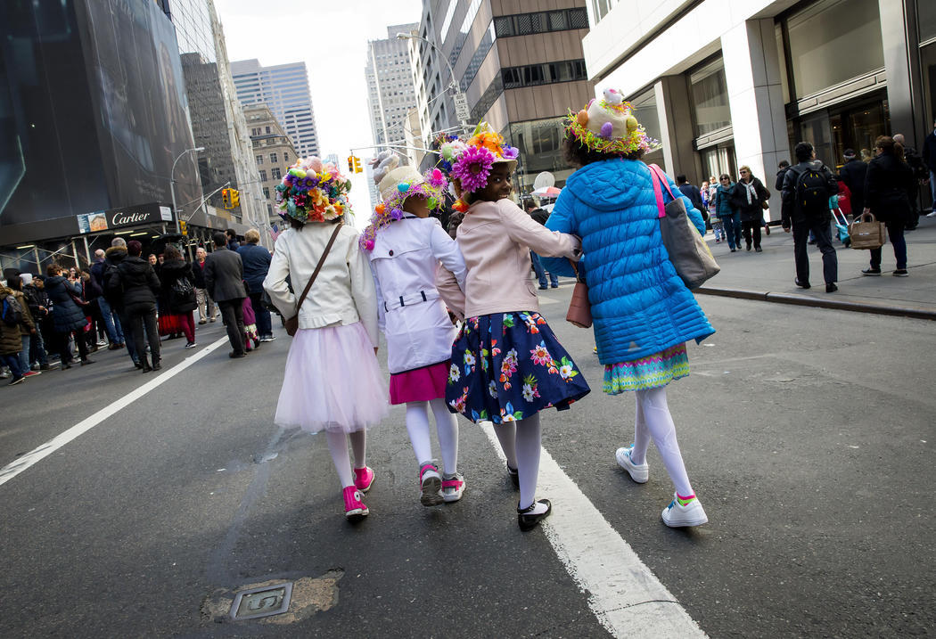 Un grupo de amigas caminan juntas en la Easter Parade