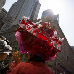 Una mujer representa la Pascua oriental en su tocado
