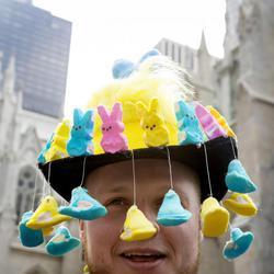 Un hombre luce un tocado precioso de Conejos de Pascua de colores