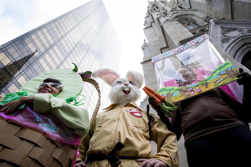 Un huevo de Pascua, un conejo Cazafantasmas y otro de chocolate desfilan juntos en la Easter Parade