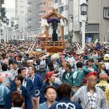 Una procesión de japoneses saca un paso con un pene gigante en su interior