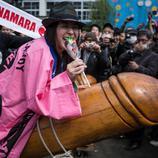 Una mujer cabalga un falo gigante de madera