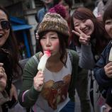 Un grupo de amigas chupan una golosina con forma de falo
