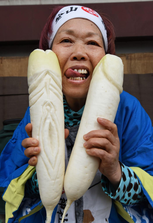 Una mujer enseña sus rábanos tallados con motivo de la festividad